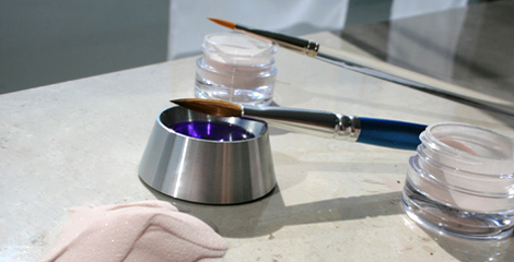 Acryl System Pulver Fluessigkeit seperat gezeigt mit Pinseln zur Nagelmodellage im Nagelstudio. Acryl Naegel oder Porcellan Naegel im Vergleich.