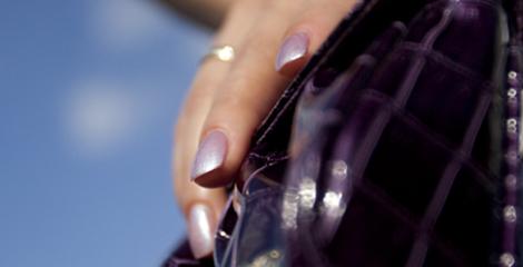 Mit Lila Nagellack lackierte Fingernaegel ueber einer Naturnagel Beschichtung aus Porcellan exklusiv in Nagelstudio Les Vernis Stuttgart Naturnagelkosmetik.