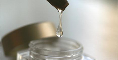 Nagelprodukt Gel fuer kuenstliche Fingernaegel Toefchen mit Gel Tropfen. Gel Nagelmodellage oder alternative Nagelprodukte.