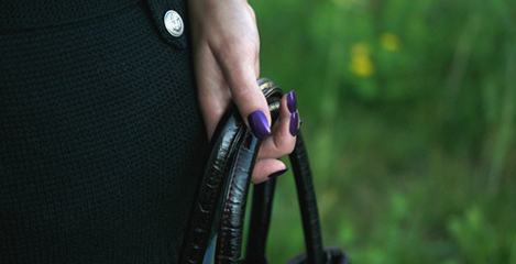 Handtasche von einer Hand gehalten und steht vor dem Nagelstudio Les Vernis in Stuttgart. Die ultra light Nagelmodellage Nail Work aus der Luxus Serie Vernis Prive begeistert durch Natuerlichkeit.