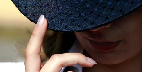 Hut mit Fingernaegeln aus dem Nagelstudio, silbern lackiert. Naturnagel Pflege mit Depot fuer schoene gesunde Naturnaegel. Eine Nagelmodellage mt Porcellan.