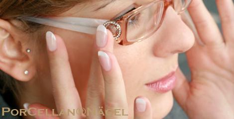 Fingernaegel aus Porcellan mit Brille, Nagelstudio Foto. Produkte fuer Fingernaegel und Naturnaegel fuer Nagelstudios.