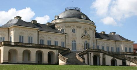 Nagelstudio am Schloss Solitude Stuttgart. Das Stuttgarter Schloss gezeigt im Sonnenschein. Das Atelier Les Vernis liegt zu Füssen des Schlosses Solitude. Die Nagelstudio Empehlung fuer Stuttgart und Umgebung.