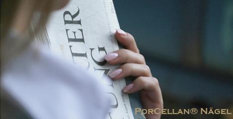 Business Fingernaegel aus dem Nagelstudio, eine Hand haelt eine Zeitung aus Stuttgart. Stuttgarter Nagelstudio mit Porcellan Nägeln. Die Modellage der Naturnaegel hinterlaesst eine absolut natuerliche Optik.